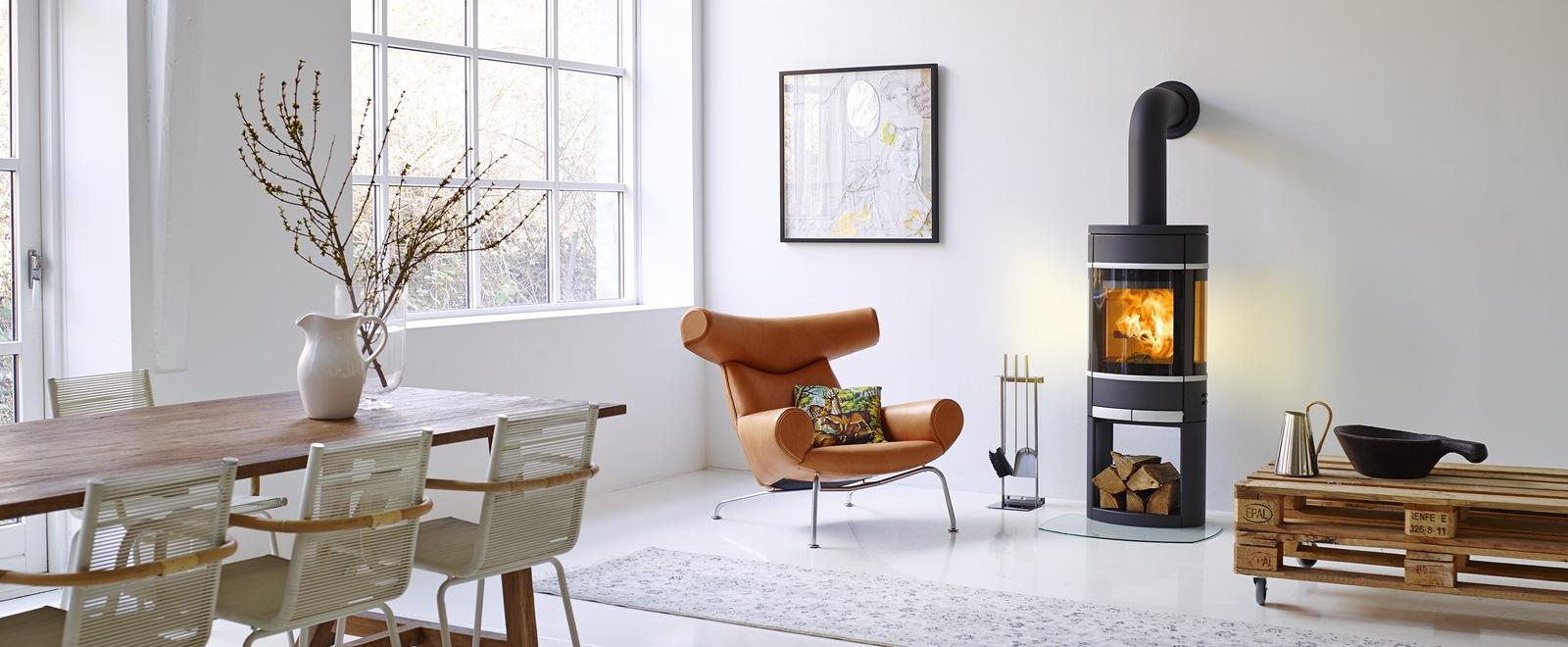 Scan 68 i sort lakk med åpen sokkel og blanke lister. Dansk design ovn i moderne stue.