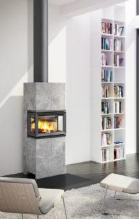 Jøtul FS 173 peis med grå stein og glass på tre sider i hvit stue