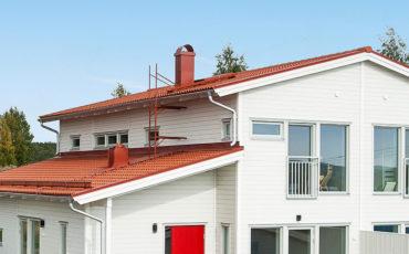 Jøtul stålpipe i rød i hvitt hus