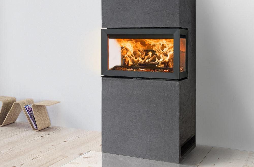 Jøtul FS 620 peis med glass på tre sider med mørk grå omramming i stue