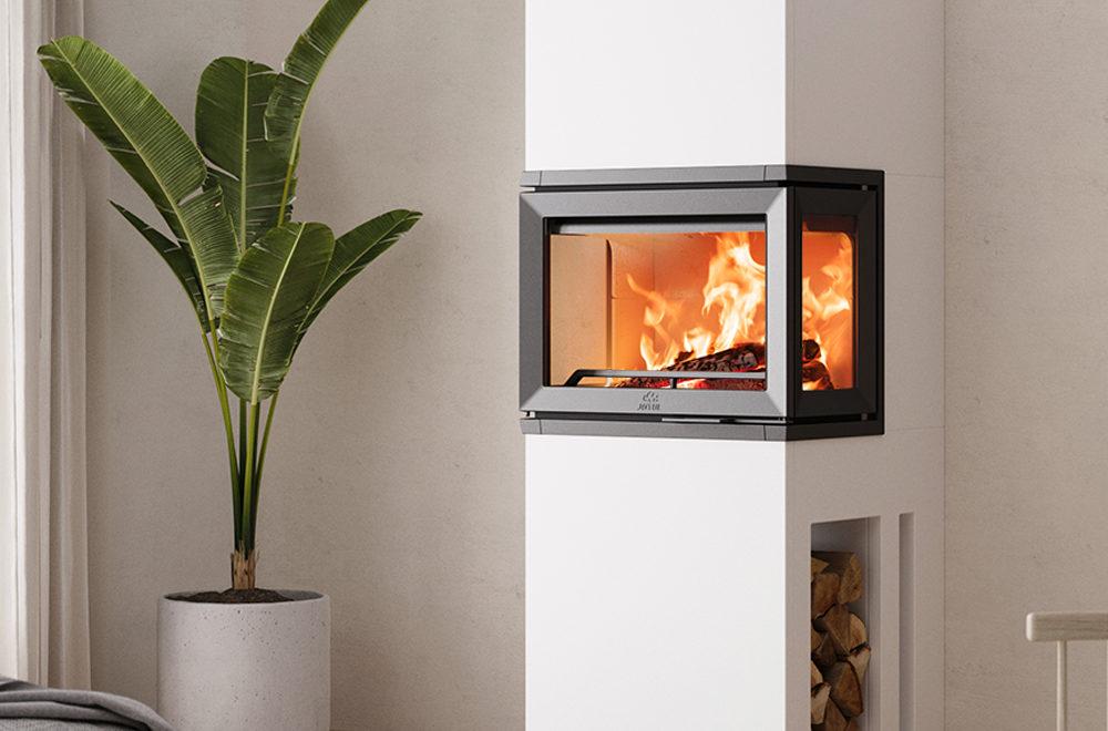 Jøtul FS 520 FRL peis i sort støpejern med hvit peisomramming med glass på tre sider