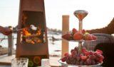 Jøtul Loke utepeis i cortenstål på terrasse med marshmallows