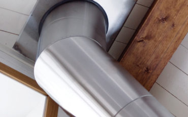 Stålpipe Jøtul gjennom hvit takpanel