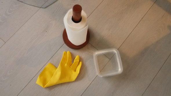 Rengjøre glasset i peisen med hanske, vann og tørkepapir