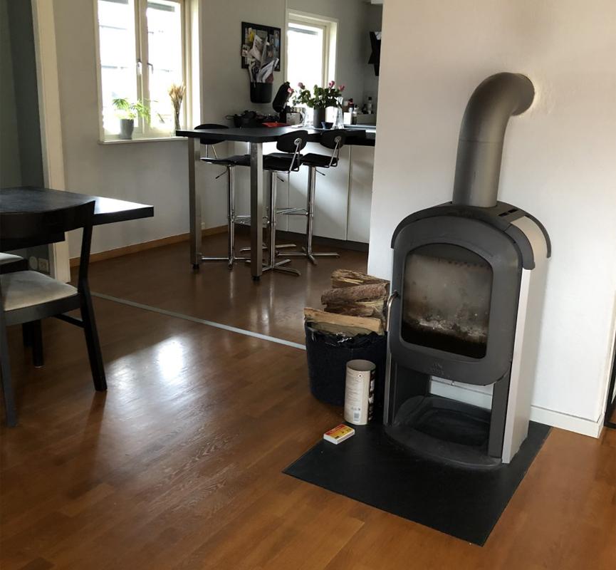Gammel sort Jøtul ovn i støpejern i stue